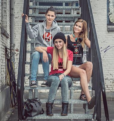 Mehrere Schüler sitzend auf einer Treppe