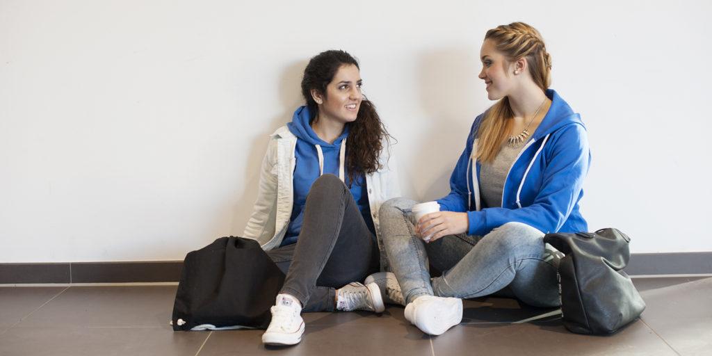 Schülerinnen sitzend am Boden