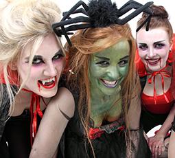 Mädchen an Halloween